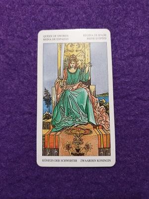Lectura de TAROT-La Reina de Espadas